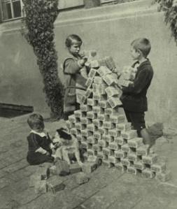 bambini giocano con delle banconote, ormai prive di valore