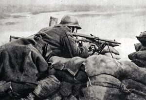 Belgian_machinegunner_in_1918_guarding_trench