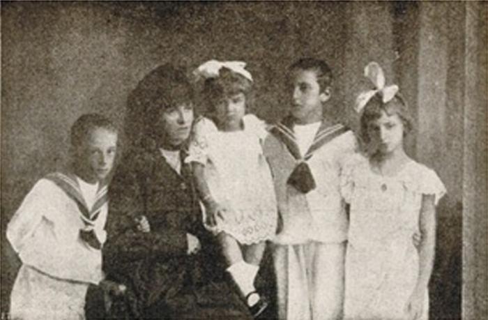 nazario-sauro-la-vedova-di-nazario-sauro-fotografata-alla-fine-della-guerra-con-i-figli-libero-albania-italo-e-anita