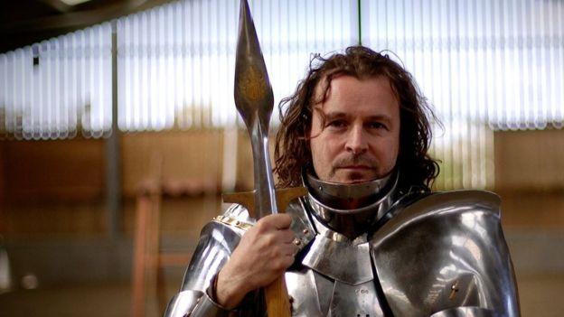 L'uomo che vive come un cavaliere medievale