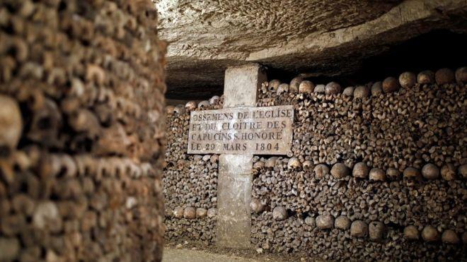 Perdersi nelle catacombe di Parigi